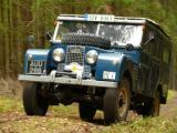 Land-Rover S1 Station Wagon na lesní cestě