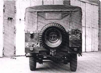 První série Tempo Land-Rover zezadu