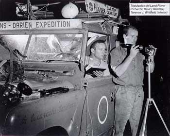 Noční navigace pomocí triangulace (vpravo R.E.Bevir, v autě T.J.Whitfield)