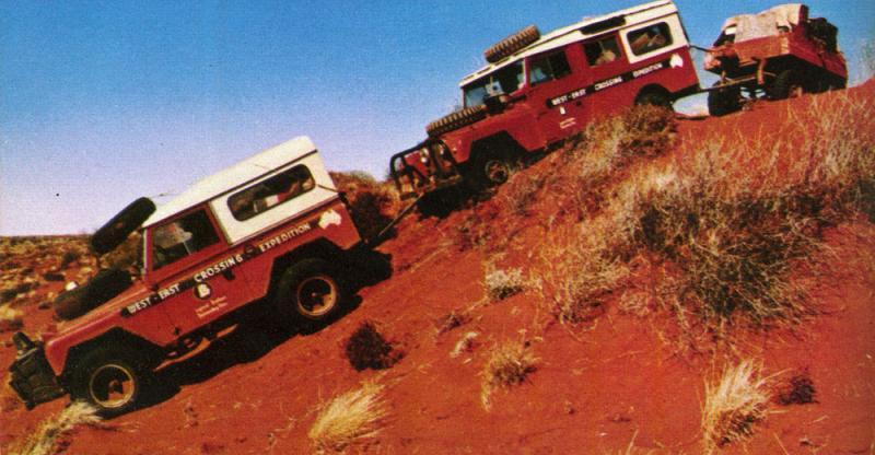 Vozidla expedice společně překonávají Simpson Desert