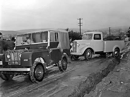 Vyprošťování vozidla v r. 1949 - zdroj: NAA 4240225