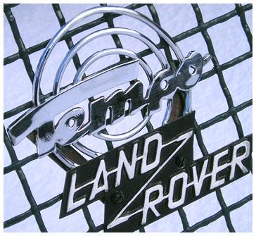 Znak Tempo Land-Rover na mřížce chladiče